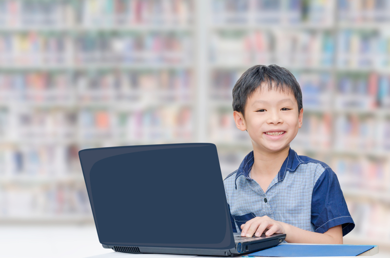 Boy at the libary with a laptop